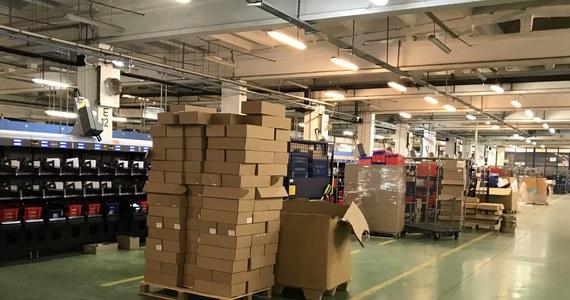 Ponad 300 tysięcy paczek dziennie od początku grudnia trafia do Poczty Polskiej. To ten okres, kiedy pocztowe sortownie w całym kraju pracują najintensywniej w roku - 24 godziny na dobę.