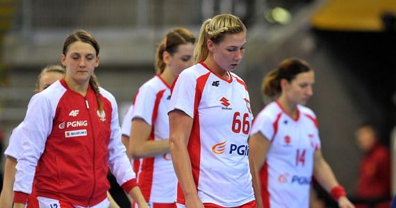Polska przegrała w Bietigheim-Bissingen z obrońcą tytułu Norwegią 20:35 (11:18) w swoim trzecim meczu grupy B mistrzostw świata piłkarek ręcznych w Niemczech. Norwegia zapewniła sobie awans do 1/8 finału.