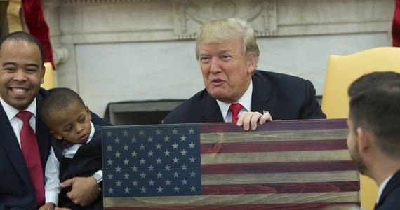 Prezydent Donald Trump ogłosi w środę, że Stany Zjednoczone uznają Jerozolimę za stolicę Izraela - poinformował przedstawiciel Białego Domu, potwierdzając tym samym wcześniejsze zapowiedzi amerykańskiej administracji w tej sprawie. Prezydent USA ma też polecić Departamentowi Stanu rozpoczęcie procedury przeniesienia amerykańskiej ambasady do Jerozolimy. Może to jednak potrwać nawet kilka lat. Przeniesienie placówki z Tel Awiwu do Jerozolimy było jedną z obietnic wyborczych Trumpa.