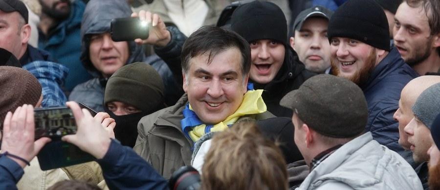 Kilka osób ucierpiało podczas szturmu ukraińskiej policji na miasteczko namiotowe zwolenników byłego prezydenta Gruzji Micheila Saakaszwilego przed siedzibą parlamentu w Kijowie. Funkcjonariusze wkroczyli do miasteczka w środę wczesnym rankiem. Saakaszwili z kolei nie stawił się na dzisiejszym przesłuchaniu w prokuraturze. Podczas przemówienia do zwolenników, polityk nawoływał do impeachmentu prezydenta Ukrainy Petro Poroszenki.