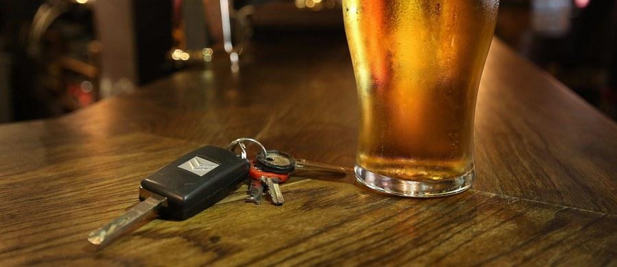 W krytycznej sytuacji trzeba szukać pomocy wszędzie. 53-letni mieszkaniec lubelskiej gminy Horodło prowadził samochód pod wpływem alkoholu. Wjechał do rowu i nie mógł wyciągnąć samochodu. Postanowił więc o pomoc poprosić policjanta.