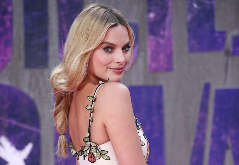 Na ekranie uwodzi w rolach seksownych piękności, na czerwonych dywanach zaś olśniewa posągowymi kreacjami podkreślającymi jej hollywoodzką urodę. Margot Robbie udowadnia, że można wyglądać niezwykle kobieco, nie tracąc przy tym uroku i klasy.