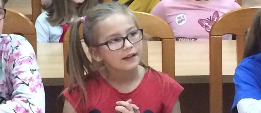 9-letnia Julia z Siemianowic Śląskich uchroniła swoją rodzinę przed zaczadzeniem. Była w domu z siostrą i tatą. Źle się poczuła, lecz kiedy poszła po pomoc do taty, okazało się, że stracił on przytomność. Dziewczynka wezwała pomoc dzwoniąc pod numer alarmowy. Dziś dostała od strażaków dyplom uznania i upominki.