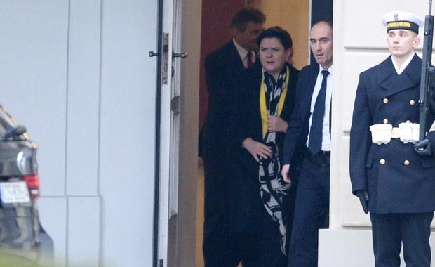 Tuż przed godziną 11:00 zakończyło się pilne spotkanie na szczycie. Prezydent Andrzej Duda gościł w Pałacu Prezydenckim premier Beatę Szydło i prezesa PiS Jarosława Kaczyńskiego. W rozmowie uczestniczył także marszałek Sejmu Marek Kuchciński. Spotkanie miało się zacząć o godzinie 9:30, jednak o tej porze, zarówno premier, jak i prezes PiS przebywali w Sejmie, gdzie trwa obecnie debata o wotum nieufności dla rządu. Rozmowy w Pałacu miały dotyczyć m.in. rekonstrukcji rządu. Odbywały się one jednak za zamkniętymi drzwiami.