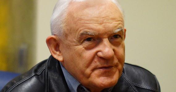 """""""Mateusz Morawiecki ma umiejętności czarnoksiężnika. Przekonał Jarosława Kaczyńskiego, że za pomocą PowerPointa można uzdrowić gospodarkę. A tak nie jest. Żeby tak się stało potrzebna jest zmiana polityki a nie polityka"""" - mówi gość Roberta Mazurka w RMF FM, były premier Leszek Miller. """"Spodziewam się po rządzie Morawieckiego, tego co było. W tej całej operacji chodzi o zmianę wizerunku. Przystojny Polak, w dobrze skrojonym garniturze nie jest w stanie ocieplić stosunków na linii Bruksela-Warszawa"""" - dodaje. Na pytanie Roberta Mazurka jak to jest być niechcianym premierem, gość Porannej rozmowy w RMF FM odpowiada: nie wiem. """"Byłem premierem wtedy, kiedy chciałem. Warto zadać pytanie, co takiego ma Mateusz Morawiecki, czego nie ma Jarosław Kaczyński"""" – mówi. Według Leszka Millera, Mateusz Morawiecki ma umiejętność poruszania się po brukselskich salonach. """"Szef PiS ma nadzieję na ocieplenie na linii Bruksela – Warszawa. Chodzi o pieniądze z UE"""" - tłumaczy Leszek Miller."""