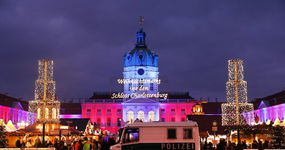 Niemiecka policja wkroczyła na jarmark bożonarodzeniowy w dzielnicy Berlina Charlottenburg. Stało się to po otrzymaniu wiadomości o dwóch plastikowych torbach znajdujących się obok samochodu zaparkowanego w pobliżu jarmarku i meczetu. Najnowsze informacje są takie, że policja nie łączy znaleziska z terroryzmem - podał Reuters.