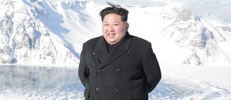 """Północnokoreański reżim chce stworzyć broń biologiczną masowego rażenia - informuje """"The Washington Post"""". Według doniesień służb, kraj Kim Dzong Una wysyła swoich naukowców na uczelnie i do laboratoriów na całym świecie, by zdobyli wykształcenie w dziedzinie mikrobiologii."""