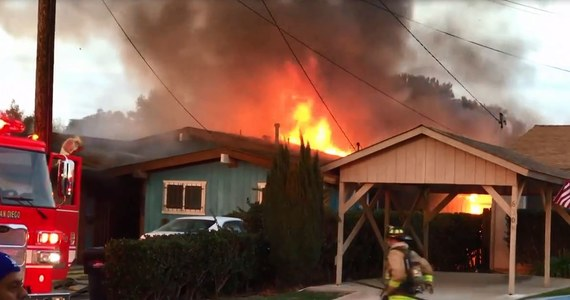 Dwie osoby zginęły, a kilka zostało rannych w wypadku, do którego doszło w kalifornijskim San Diego. Na jeden z domów w dzielnicy Clairemont spadła awionetka. Do wypadku doszło tuż po wzbiciu się samolotu w powietrze.
