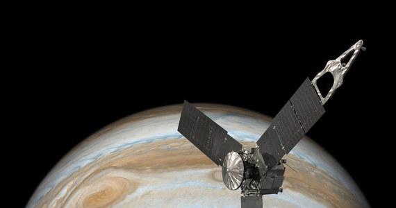 NASA opublikowała symulację lotu w głąb Wielkiej Czerwonej Plamy Jowisza. Wykorzystanie obrazów zarejestrowanych przez kamerę sondy Juno i animacji komputerowych pozwoliło pokazać, jak mogłaby wyglądać hipotetyczna podróż do wnętrza chmur otaczających najwiekszą planetę Układu Słonecznego. Na filmie można obserwować zarówno wysokość nad, jak i głębokość pod powierzchnią chmur, a także panującą tam temperaturę.