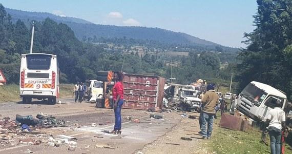 Ponad 30 ofiar śmiertelnych to tragiczny bilans gigantycznego karambolu w Kenii. Do wypadku doszło na trasie między miastami Nakuru i Eldoret. Jest też wielu rannych.