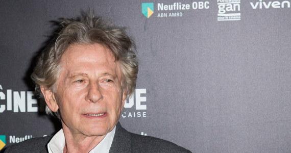 """Policja w Los Angeles w stanie Kalifornia bada - mimo przedawnienia - zarzuty, że reżyser Roman Polański w 1975 roku molestował 10-letnie wówczas dziecko - poinformował dziennik """"Los Angeles Times"""". Najnowszy raport służb dotyczy artystki Marianne Barnard, która oskarżyła Polańskiego o molestowanie jej podczas sesji zdjęciowej na plaży w Will Rogers. W październiku Barnard powiedziała funkcjonariuszom, że reżyser najpierw nakazał jej pozowanie w samym futrze, a następnie ją molestował. Artystka zapoczątkowała także internetową petycję wnioskującą o wyrzucenie Polańskiego z Amerykańskiej Akademii Filmowej."""
