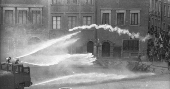 36 lat temu, w niedzielę 13 grudnia 1981 roku o godzinie 06:00 rano, radio nadało wystąpienie gen. Wojciecha Jaruzelskiego, w którym informował Polaków o ukonstytuowaniu się Wojskowej Rady Ocalenia Narodowego i wprowadzeniu na mocy dekretu Rady Państwa stanu wojennego na terenie całego kraju.