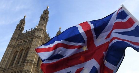 Brytyjski rząd przedstawił procedurę ubiegania się o status osiedleńca. Procedura czeka trzy miliony obywateli Unii Europejskiej, którzy po Brexicie zechcą pozostać na Wyspach. W internecie, trzeba będzie wypełnić specjalny formularz, odpowiedzieć na osiem pytań i zapłacić 72 funty.