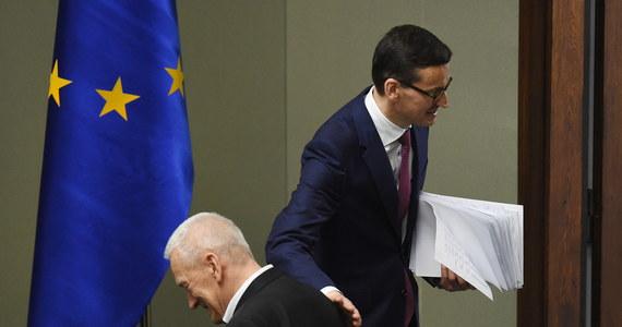 Wystąpienie programowe premiera Mateusza Morawieckiego zapamiętamy pewnie jako zbitkę zgrabnych określeń: Polska wielkich projektów, połączenie romantyzmu celów i pozytywizmu środków, kapitalizm oszczędności i inwestycji a nie kapitału na kredyt itp. Uważniejsze przyjrzenie się jego treści ujawnia jednak, że nowy premier zawarł w exposé sporo niekonsekwencji albo słów, mających inne, ukryte znaczenia. Nie zawsze przyjemne i opisujące rzeczywistość.