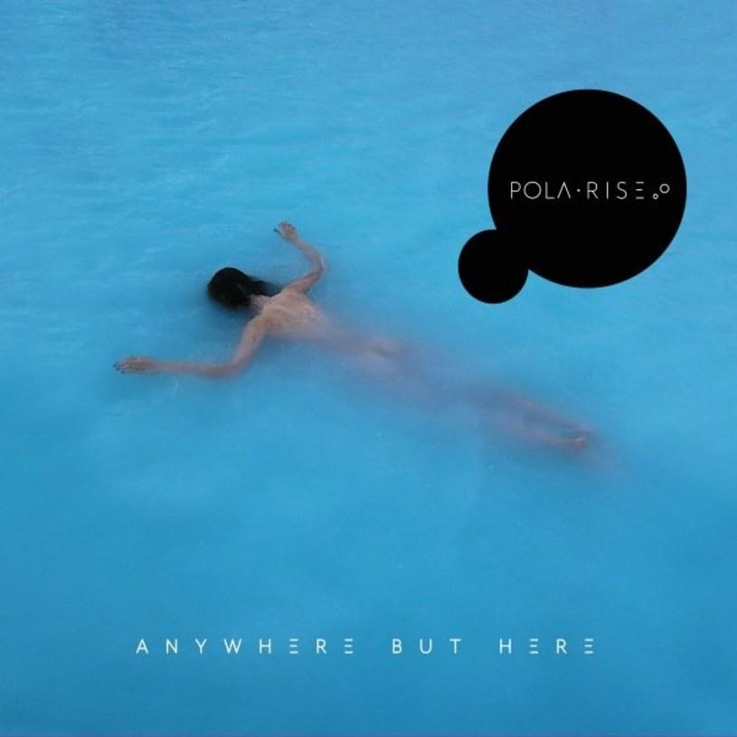 """Pola Rise poinformowała, że jej album """"Anywhere But Here"""" ujrzy światło dzienne 12 stycznia 2018 roku. Wokalistka zaprezentowała również okładkę płyty."""