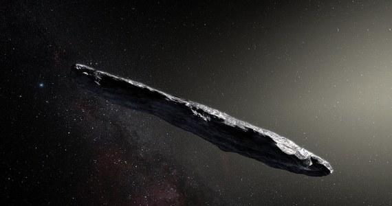 """Przyleciała, nie wiadomo skąd, narobiła zamieszania i odlatuje, ale emocje związane z jej niespodziewaną wizytą nie słabną. Pierwsza w historii obserwowana i opisana międzygwiezdna planetoida 1I/2017 U1 (`Oumuamua) będzie przedmiotem dalszych obserwacji. Kosmiczna skała o zadziwiającym kształcie i niezwykłych parametrach, która w październiku dotarła w pobliże Słońca spoza naszego Układu Słonecznego, będzie w ciągu najbliższej doby podsłuchiwana. Wszystko po to, by sprawdzić, czy przypadkiem nie jest... pojazdem kosmicznym obcej cywilizacji. Zapowiedzieli to przedstawiciele """"Breakthrough Listen"""", programu zajmującego się poszukiwaniem życia poza Ziemią."""
