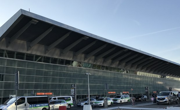 Przez kilkadziesiąt minut zamknięty był tymczasowo dojazd przed terminal Lotniska Chopina w Warszawie, do stref C,D,E (poziom odlotów). Na terenie przyległym do lotniska podczas prac budowlanych znaleziono niewybuch.