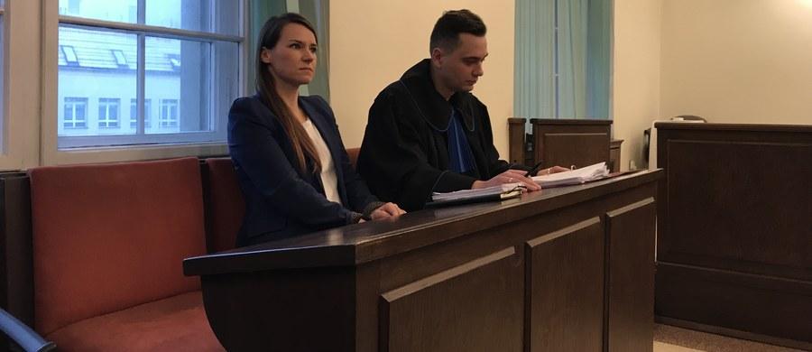 """Sprawą głośnego wpisu """"Trzeba to coś złapać i ogolić na łyso"""" zajął się dziś Sąd Okręgowy w Gdańsku. To proces karny, który jest skutkiem wniesienia przez posłankę PO Agnieszkę Pomaską subsydiarnego aktu oskarżenia przeciw gdańskiej radnej PiS Annie Kołakowskiej. Prokuratura wcześniej odmówiła wszczęcia śledztwa ws. nawoływania do nienawiści."""