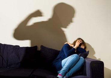 Przez dwa lata więził żonę w piwnicy, gwałcił ją i molestował kilkuletnią córkę. Sąd utrzymał wyrok
