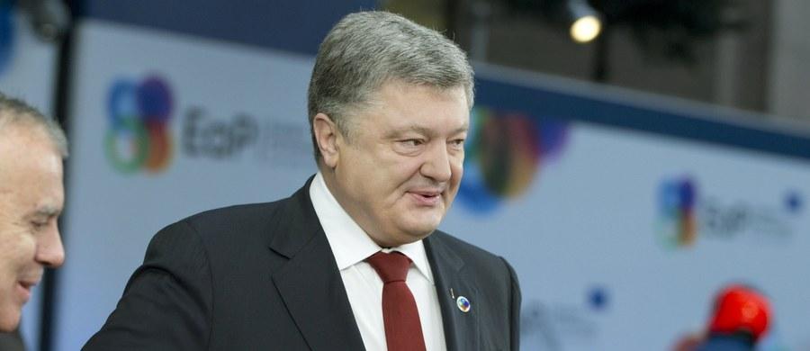 """Prezydent Ukrainy Petro Poroszenko, który obiecywał walkę z korupcją, jest główną przeszkodą dla reform w tym kraju - ocenia w piątek """"Washington Post"""". Jego konflikt z byłym prezydentem Gruzji Micheilem Saakaszwilim najbardziej cieszy Rosję Władimira Putina."""