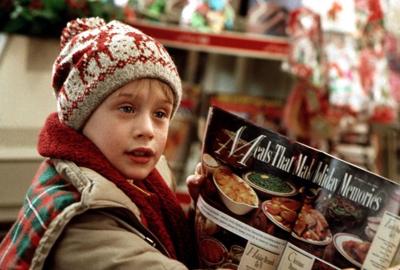 Kultowa komedia o małym chłopcu, który gubi się rodzicom, od lat jest jednym z najchętniej oglądanych świątecznych filmów. Grający go Macaulay Culkin za popularność zapłacił wysoką cenę.