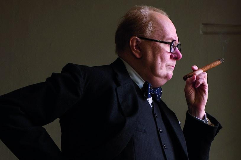"""Gary Oldman, który w filmie Joe Wrighta """"Czas mroku"""" wcielił się w postać Winstona Churchilla, przyznał w rozmowie z """"Hollywood Reporter"""", że w trakcie zdjęć nabawił się """"poważnego zatrucia nikotynowego"""" po puszczeniu z dymem cygar wartych w sumie 20 tysięcy dolarów."""