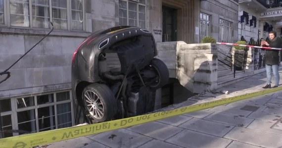 W Londynie pijany kierowca wjechał swoim mercedesem w kamienicę i wpadł do jej podpiwniczenia. Policja aresztowała mężczyznę za prowadzenie auta pod wpływem alkoholu. Szczęśliwie ani kierowca, ani nikt z postronny nie został ranny.