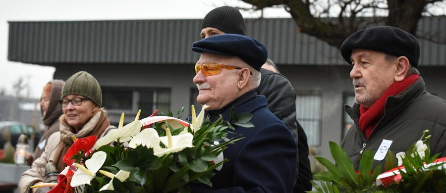 O tym, że naszemu pokoleniu los daje wyzwanie naprostowania dróg rozwoju Polski mówił w Gdańsku były prezydent Lech Wałęsa po tym, jak w 47. rocznicę Grudnia'70 złożył kwiaty pod Pomnikiem Poległych Stoczniowców. Przed pomnikiem czekało na Wałęsę kilkudziesięciu jego zwolenników, do których były prezydent przemówił po złożeniu kwiatów.
