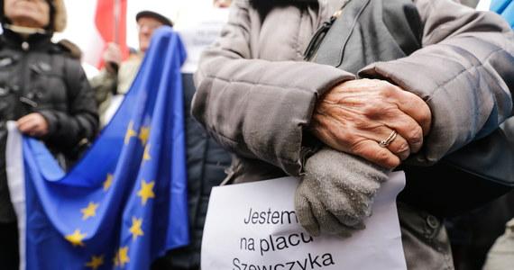 Kilkaset osób zgromadziło się na placu Wilhelma Szewczyka w Katowicach, by protestować przeciwko zmianie patrona placu – śląskiego pisarza, ale też działacza partii komunistycznej w PRL. Decyzją wojewody śląskiego plac ma nosić imię Marii i Lecha Kaczyńskich.