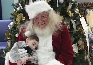 Chcieli, by umierający 2-latek po raz ostatni poczuł magię świąt. Zaprosili Świętego Mikołaja