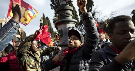"""Kilkanaście tysięcy osób manifestowało w sobotę w Rzymie w obronie praw migrantów i uchodźców, przeciwko dyskryminacji i rasizmowi. Wiec """"Prawa bez granic"""", któremu towarzyszyły nadzwyczajne środki bezpieczeństwa, zorganizowały środowiska lewicowe."""