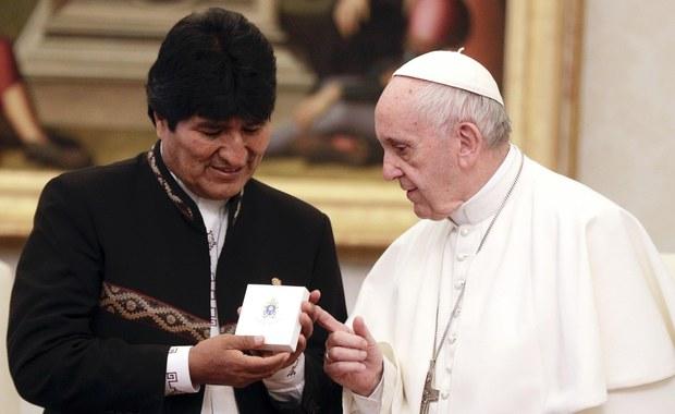 """Papież Franciszek kończy w niedzielę 81 lat. Katolicki dziennik """"Avvenire"""" pisze, że papież nie lubi ceremonii na swoją cześć. Przypomina, że przed rokiem z okazji urodzin zaprosił grupę bezdomnych na śniadanie w Domu Świętej Marty w Watykanie, gdzie mieszka. Nie wyklucza się, że także teraz Franciszek w podobny sposób zechce spędzić ten dzień."""