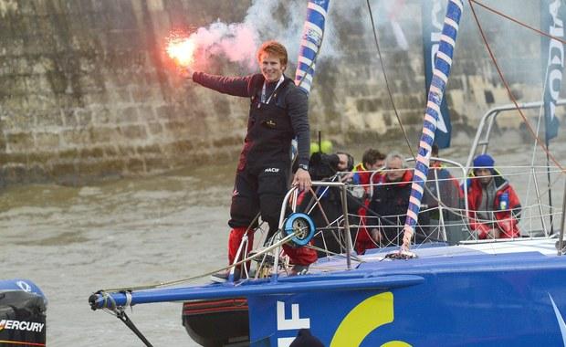 Francuski żeglarz Francois Gabart pobił rekord świata w samotnej żegludze wokół globu bez zawijania do portów. W niedzielę nad razem minął w rejonie Brestu wirtualną linię mety po 42 dniach, 16 godzinach, 40 minutach i 35 sekundach.