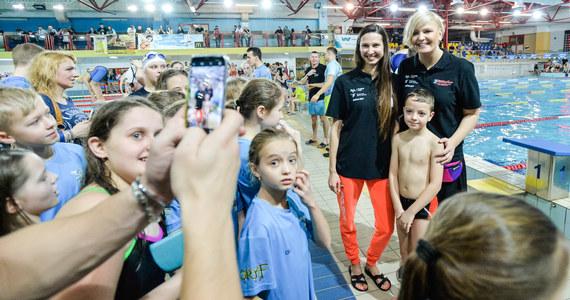 Blisko 800 dzieci z klubów z całej Polski oraz z Ukrainy wzięło udział w III Mikołajkowej Olimpiadzie Pływackiej o puchar Otylii Jędrzejczak, która zakończyła się w niedzielę w Dębicy. W trakcie dwudniowego spotkania młodzi pływacy i ich rodzice mogli bezpłatnie zasięgnąć porady dietetyka sportowego oraz spotkali się z brązową medalistką igrzysk olimpijskich w Rio de Janeiro Oktawią Nowacką.