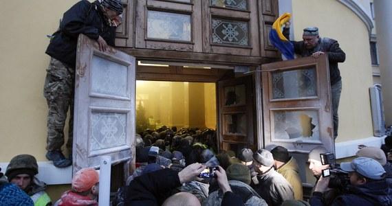 Kilkudziesięciu policjantów ucierpiało w wyniku starć, do których doszło w niedzielę w Kijowie, gdy zwolennicy byłego prezydenta Gruzji Micheila Saakaszwilego próbowali zająć jeden z budynków w centrum miasta, by przeznaczyć go na sztab antyrządowych protestów.