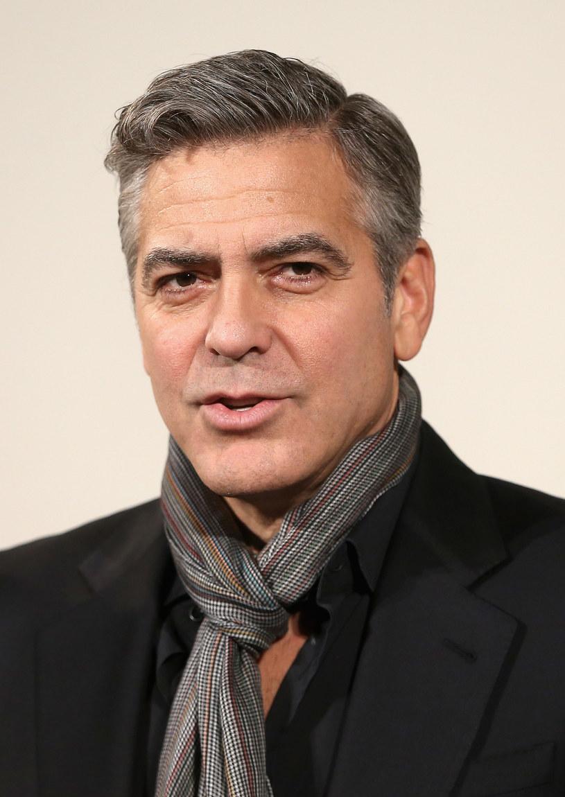 To się nazywa mieć gest! George Clooney postanowił okazać wdzięczność swym czternastu przyjaciołom, którzy wspierali go przed laty, na początku jego aktorskiej kariery. Wręczył im walizki, w których znalazła się pokaźna gotówka...
