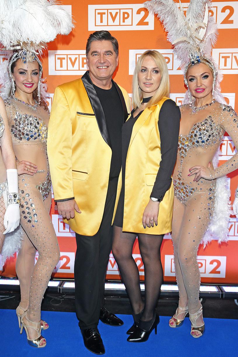 Znakiem rozpoznawczym Sławomira Świerzyńskiego, wokalisty i lidera zespołu Bayer Full, jest żółta marynarka. W wieczór wigilijny stawia jednak na czerwień charakterystyczną dla stroju świętego Mikołaja.
