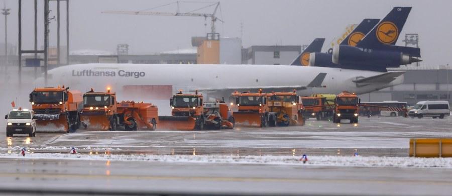 Międzynarodowe lotnisko we Frankfurcie nad Menem rano odwołało 170 lotów, a wiele połączeń przekierowało do innych portów lotniczych z powodu opadów śniegu. Synoptycy przewidują, że warunki pogodowe poprawią się koło południa.