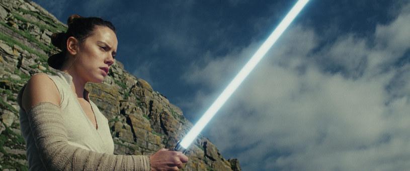 """Film """"Gwiezdne Wojny: Ostatni Jedi"""" znalazł się na szczycie amerykańskiego box office'u. Wpływy na świecie, po pierwszym weekendzie wyświetlania produkcji, to 450 mln dolarów. Budżet produkcji wyniósł 250 mln dolarów."""