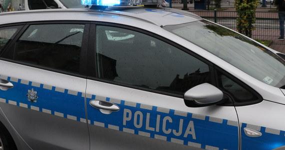Trzej policjanci zostali lekko ranni w nocnym pościgu ulicami Warszawy. Dwa radiowozy goniły osobowego mercedesa przez Pragę-Południe. Skończyło się zderzeniem na rondzie Wiatraczna.