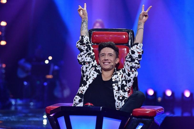 """Jest najmłodszym stażem trenerem w """"The Voice Kids"""", jednak - jak zapewnia - energii mu nie zabraknie. Jak Dawid Kwiatkowski odnalazł się w nowym talent show?"""