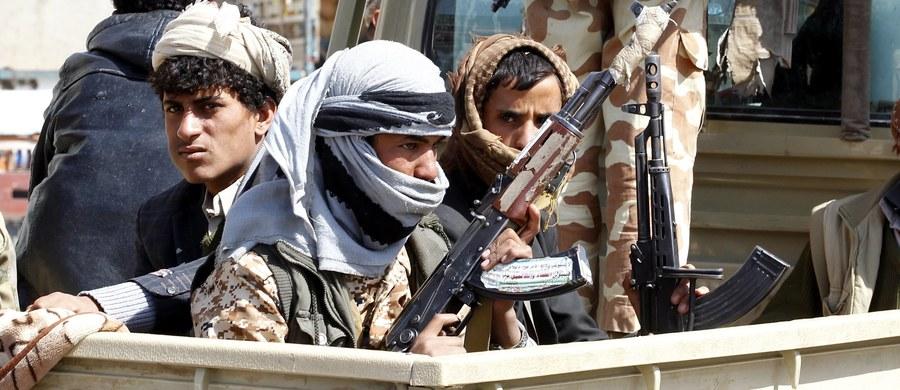 Jemeńscy rebelianci Huti wystrzelili we wtorek pocisk balistyczny, który miał uderzyć w Rijad. Arabska koalicja pod wodzą Arabii Saudyjskiej poinformowała, że przechwyciła lecący nad stolicą tego kraju pocisk rakietowy.