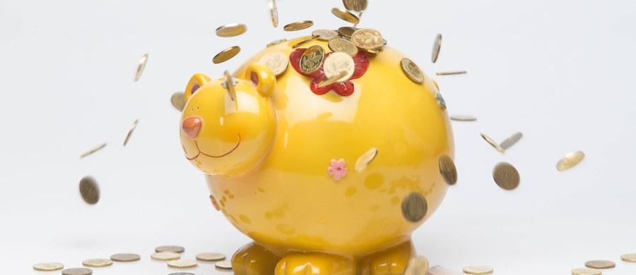 """Pieniądze nie dają szczęścia - wielokrotnie słyszeliśmy już takie zapewnienia. Prawdą jest, że można być szczęśliwym bez pieniędzy i żyć w nieszczęściu mimo pełnego portfela. Zdaniem naukowców z University of California w Irvine pieniądze mają jednak wpływ na to, jak szczęście przeżywamy, osoby zamożniejsze przeżywają je inaczej, niż te zarabiające mniej. Jak pisze w najnowszym numerze czasopismo """"Emotion"""" osoby bez pieniędzy czerpią szczęście głównie z relacji z innymi, u zamożnych pozytywne emocje koncentrują się głównie na sobie."""