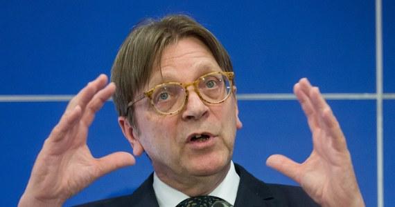 """Porozumienie Liberałów i Demokratów na rzecz Europy w Parlamencie Europejskim wezwało Komisję Europejską, by uruchomiła w środę przeciw Polsce art. 7 unijnego traktatu. """"Demokracja jest w Polsce rozmontowywana. Teraz jest czas na działanie. Unia Europejska musi przeciwstawić się rządom PiS, które są całkowicie sprzeczne z wartościami UE"""" - oświadczył w komunikacie szef frakcji liberalnej w Parlamencie Europejskim Guy Verhofstadt."""