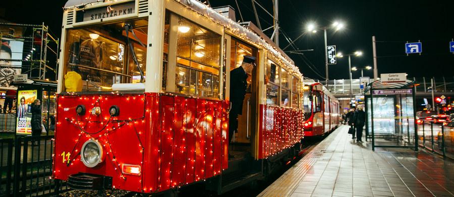"""Prawie 2 tysiące lampek sprawiło, że to najbardziej widoczny pojazd w Gdańsku. We wtorek kursowanie rozpoczął specjalny, świąteczny tramwaj. Udekorowana """"eNka"""" będzie jeździć po zmroku do 23 grudnia. Na tory tramwaj ponownie wyjedzie w okresie między świętami a sylwestrem na trasie ze Strzyży na Siedlce. To kolejny rok kursowania tego wyjątkowego tramwaju."""