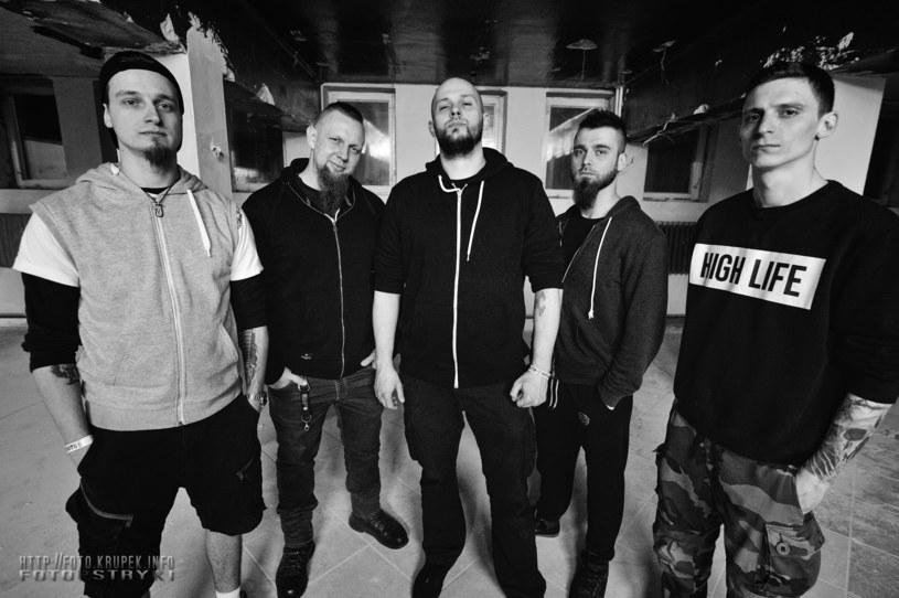 """Singel """"Niewinny"""" zapowiada trzeci album pochodzącej z Ostrołęki thrash/death metalowej grupy EmpatiC."""