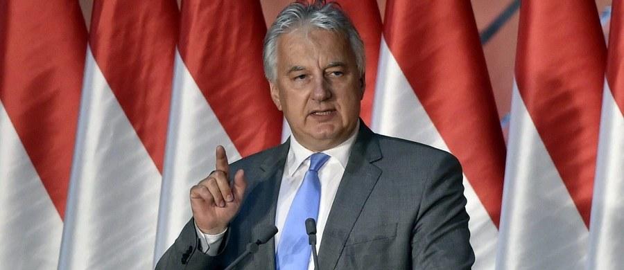 """Węgry obronią Polskę - zapewnił wicepremier Węgier Zsolt Semjen po decyzji Komisji Europejskiej o uruchomieniu art. 7.1 traktatu unijnego wobec Polski. Semjen oświadczył, że rząd Węgier teraz i w przyszłości będzie zdecydowanie stać u boku Polski. """"Obronimy Polskę przed niesprawiedliwym, pokazowym postępowaniem politycznym"""" - zapewnił."""