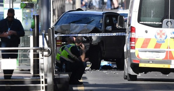 """Samochód wjechał w tłum ludzi w Melbourne w Australii. 19 osób zostało poszkodowanych. Do szpitala trafiło dziecko, którego stan określany jest jako krytyczny – pisze dziennik """"The Sydney Morning Herald"""". Policja aresztowała dwie osoby."""