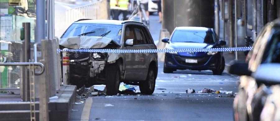 Kierowcą samochodu, który wjechał w tłum w Melbourne, raniąc 19 osób, jest obywatel Australii pochodzący z Afganistanu. Wiadomo, że w przeszłości zażywał narkotyki i ma problemy ze zdrowiem psychicznym - poinformowała policja.
