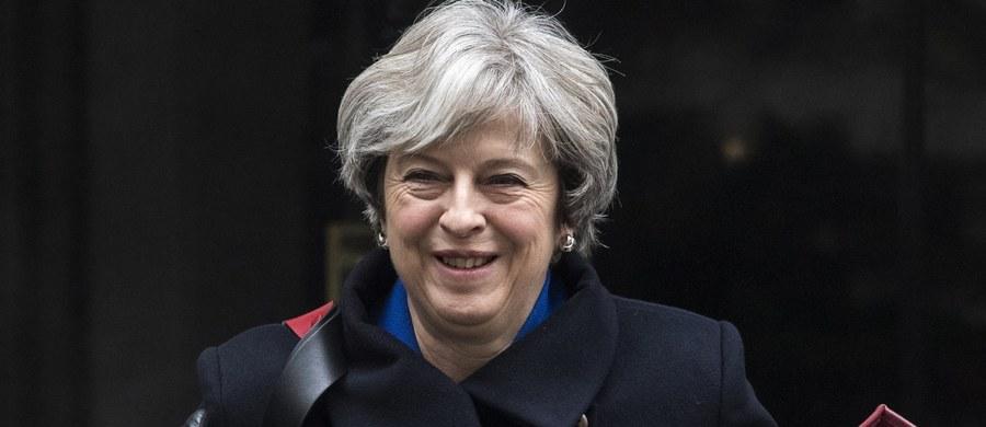 Kwestie konstytucyjne są i powinny być kwestią wewnętrzną dla krajów, których dotyczą - tak premier Wielkiej Brytanii Theresa May odniosła się do decyzji KE o uruchomieniu art. 7.1 unijnego traktatu. Premier Mateusz Morawiecki ocenił, że spór z KE nie będzie miał wpływu na negocjacje ws. Brexitu.